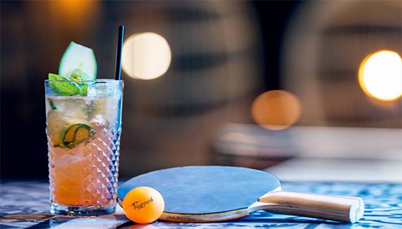 raquette de ping pong et cocktail