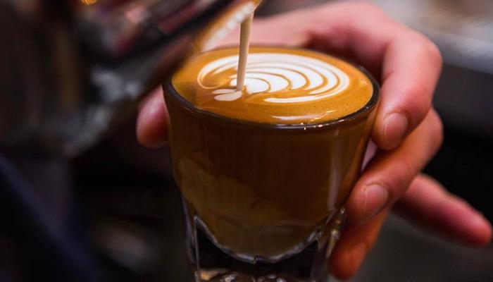 café en train d'être servi